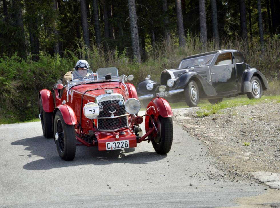 «Bestefar» Hallan er i sitt ess og kjører stil bak rattet på sin lekre 1933-modell Aston Martin Le Mans. Foto: Stein Inge Stølen