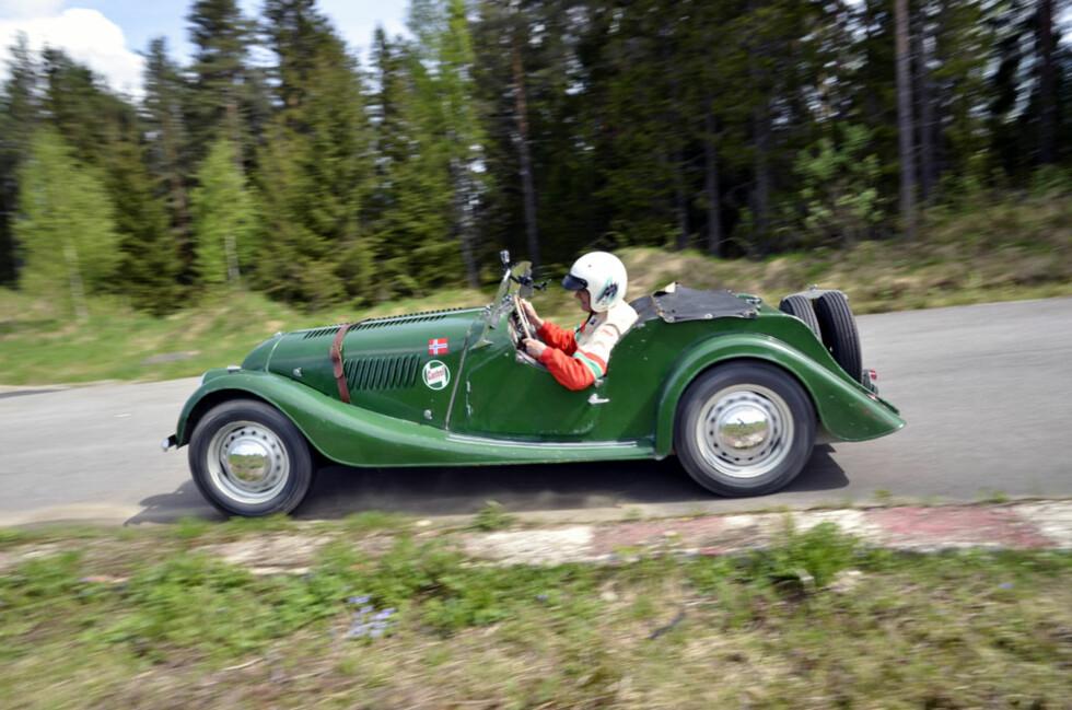 Journalistkollega Morten Larsen i sin grønne 1954-modell Morgan +4. Foto: Stein Inge Stølen
