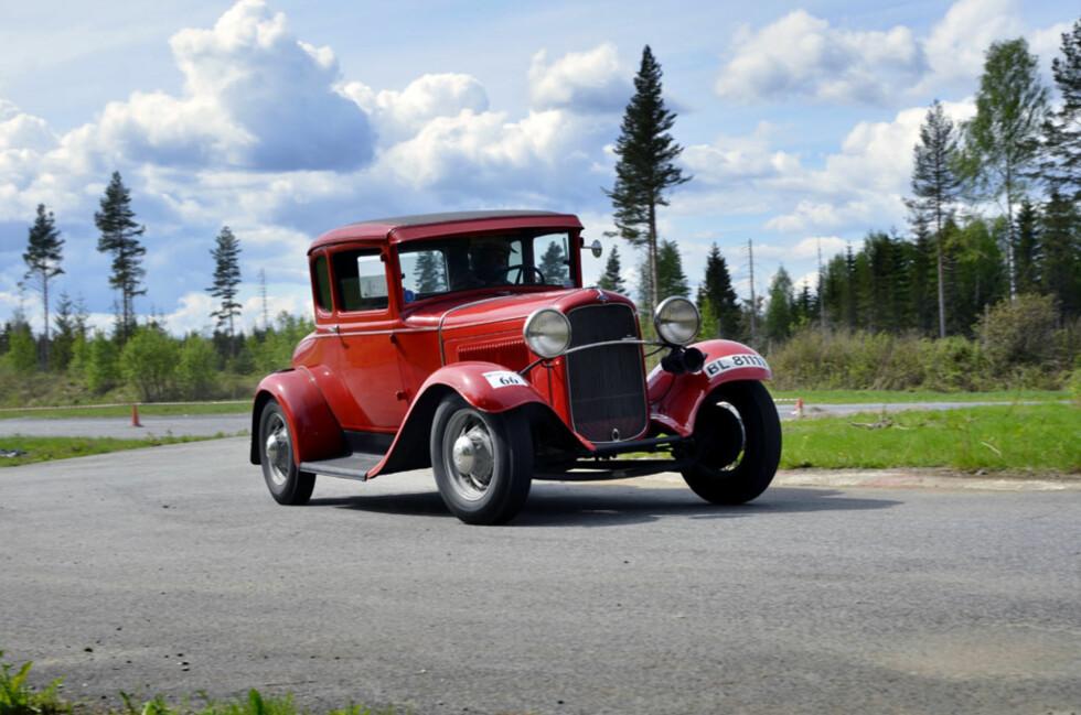 Håkon Stamnes, et kjent navn i diverse norske rallysammenhenger, nekter å slippe gassen i sin Ford Allard Coupé. Foto: Stein Inge Stølen
