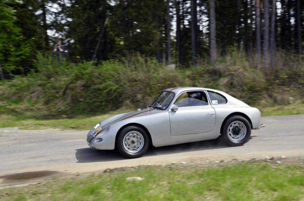 Eier Øistein Asphjell trakterer den svenskbygde Porsche 356-inspirerte doningen på mesterlig vis. Ingen andre kunne matche dette tempoet. Foto: Stein Inge Stølen