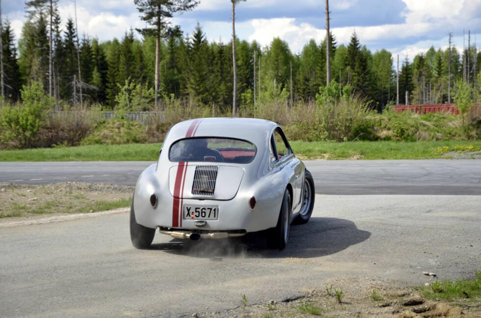 Den Porsche-inspirerte doningen hadde egentlig Boble-drivlinje, men nå har eier Øistein Asphjell satt inn motoren den alltid fortjente. 135 hk på 740 kilo gir en frisk kjøreopplevelse, og sjåføren kjører i tillegg svært publikumsvennlig... Foto: Stein Inge Stølen