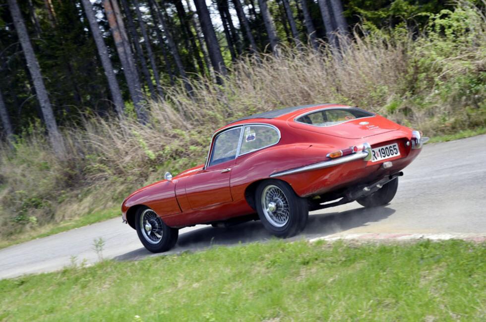 Reidar Hellgren holder godt tempo i sin lekre Jaguar E-Type. Foto: Stein Inge Stølen