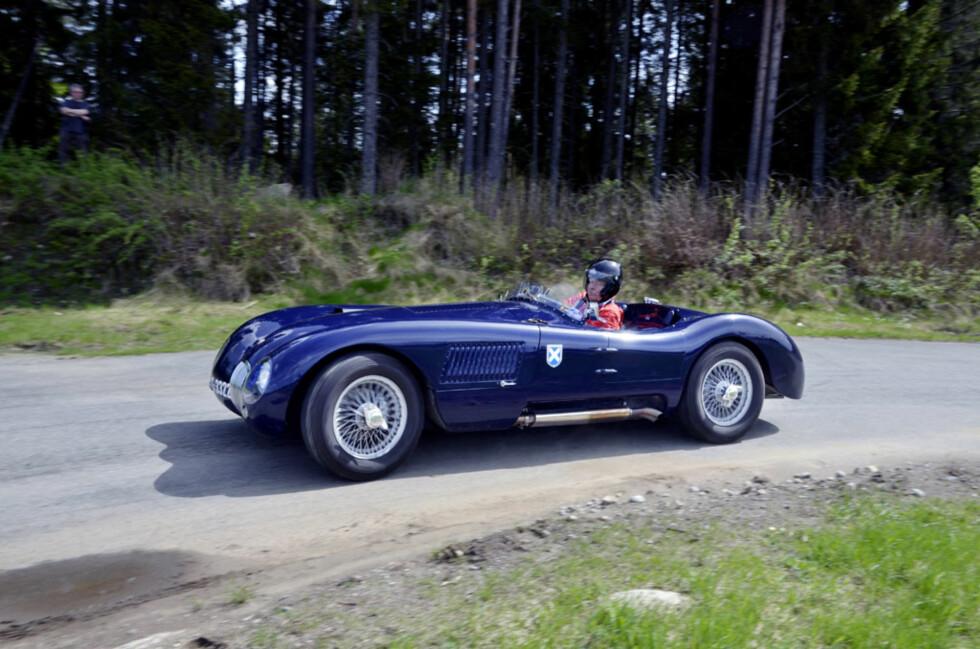 Jan H. Blehr i en lekker Jaguar XK-C-replika. Dette er i prinsippet en racingversjon av XK120, med rørrammechassis og aluminiumkarosseri.  Foto: Stein Inge Stølen