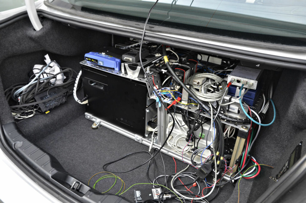 Slik teknologi trenger mye hardware. Her er det svære kabinetter med kjølevifter, kabler og ledninger i alle former og farger. Foto: Stein Inge Stølen