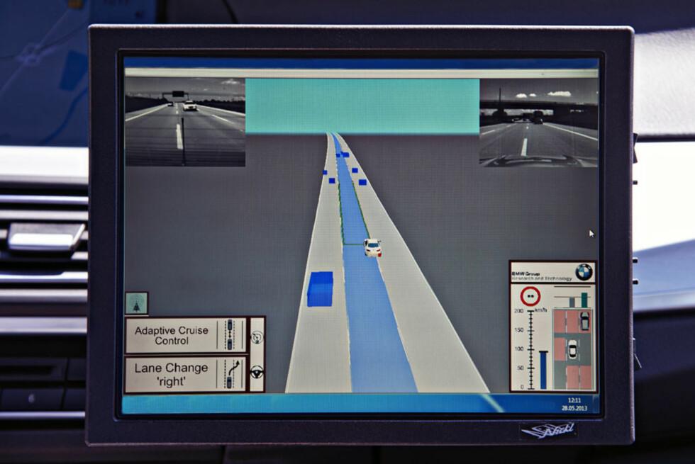 Skjermen gir deg en røff oversikt over hvordan bilen tolker informasjonen fra sensorene og setter dette sammen til et komplett trafikkbilde. Foto: BMW