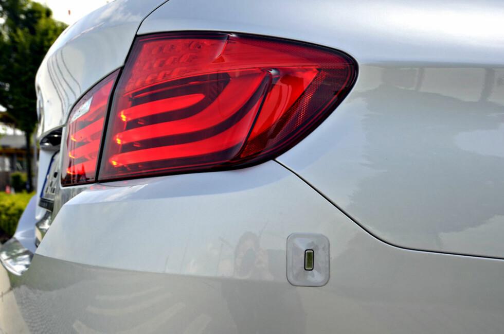 Bilen er utstyrt med fire slike sensorer, en i hvert hjørne. Disse analyserer omgivelsene ved hjelp av ultralyd. Foto: Stein Inge Stølen