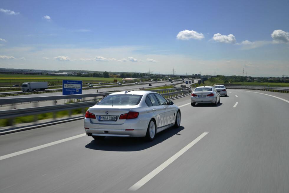 Ultralyd-sensorer, firenivås laserscannere, radar og kameraer i alle hjørner sørger for at disse BMW'ene holder seg på matta. Foto: BMW