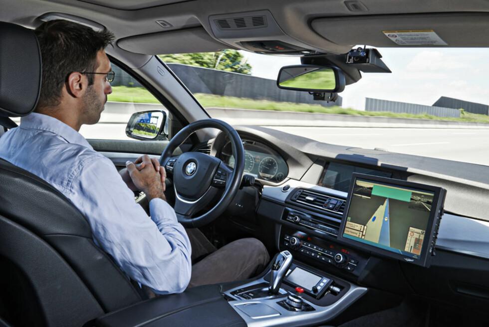 Sjåfør Michael Aeberhard slipper rattet og lar BMW'en gjøre jobben. Foto: BMW