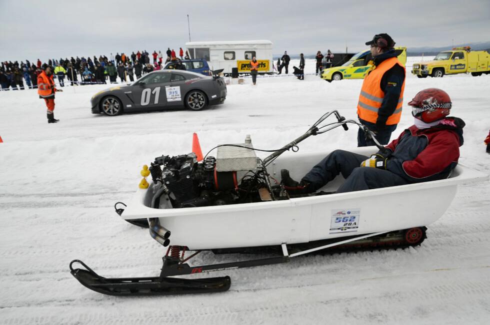Det er ingenting mer behagelig enn å ligge i et badekar. Samtidig er det lite som slår råkjøring på is. Så hvorfor ikke kombinere? Det har Daniel Thyberg gjort! Han spleiset et badekar med en Polaris snøscooter og satte en Suzuki 1100 MC-motor i front. Og to bade-ender. Foto: Stein Inge Stølen