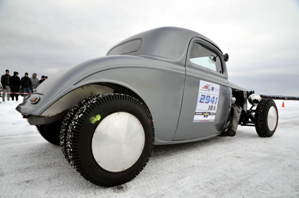 Det er lett å trekke linker til høyhastighetskjøringen i saltørkenen i Utah, der hotrodder som dette hører hjemme. Med totalt 750 hk fra en Edelbrock-V8 og lystgass fordelt på 990 kilo bil med tvillinghjul bak passerte Gustav Abramsson lett 200 km/t på isen i sin råe coupé. Foto: Stein Inge Stølen