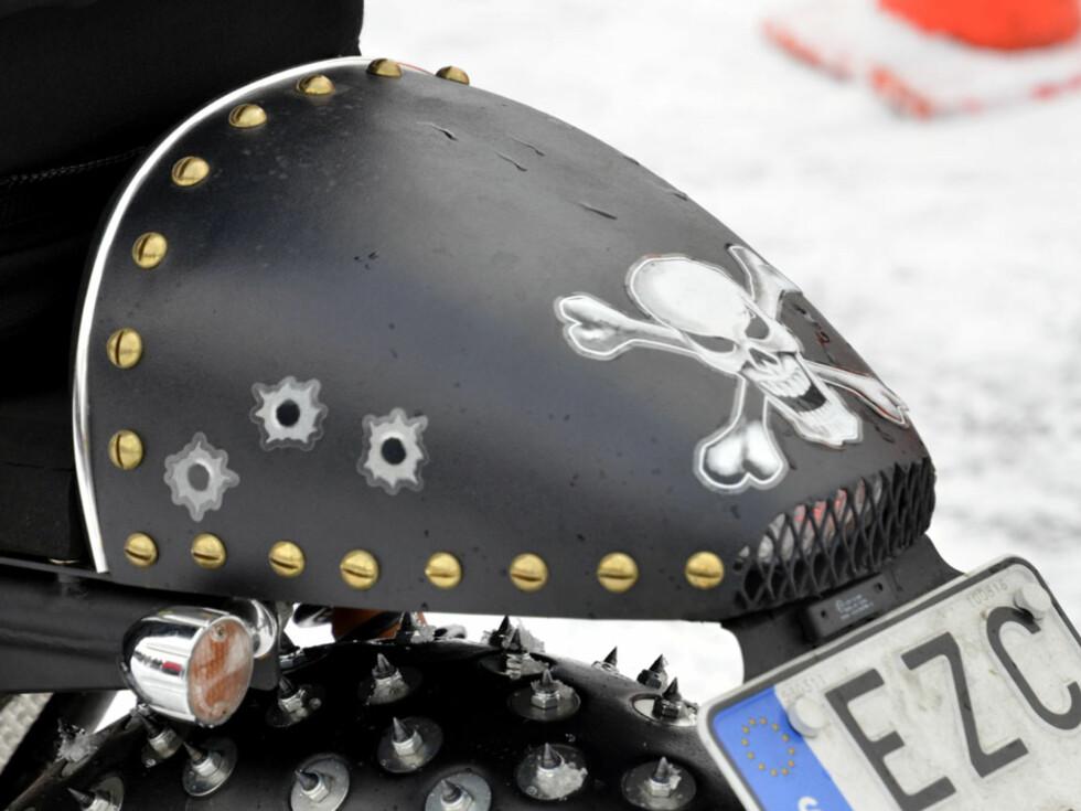 For å ligge stabilt på isen i over 200 km/t, er det viktig med godt feste. Det gir også doningen et rimelig barskt stuk.... Foto: Stein Inge Stølen
