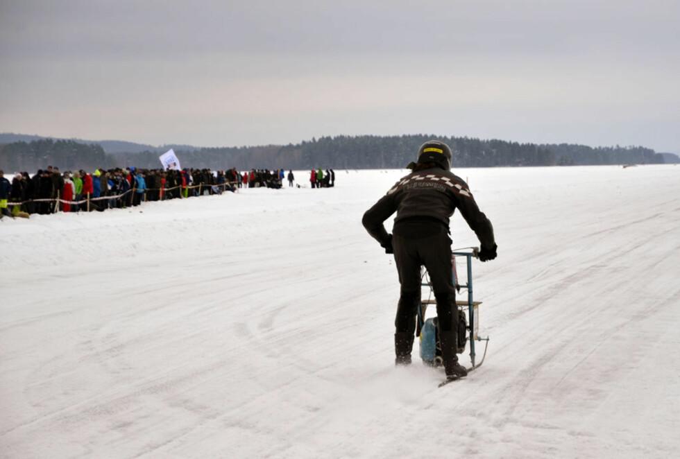 Norsk-finsk-svenske Ola Bakker satte alle kluter til på sin kreativt dekorerte spark med Vespa-motor. Gærningen holdt 90 km/t over isen...  Foto: Stein Inge Stølen
