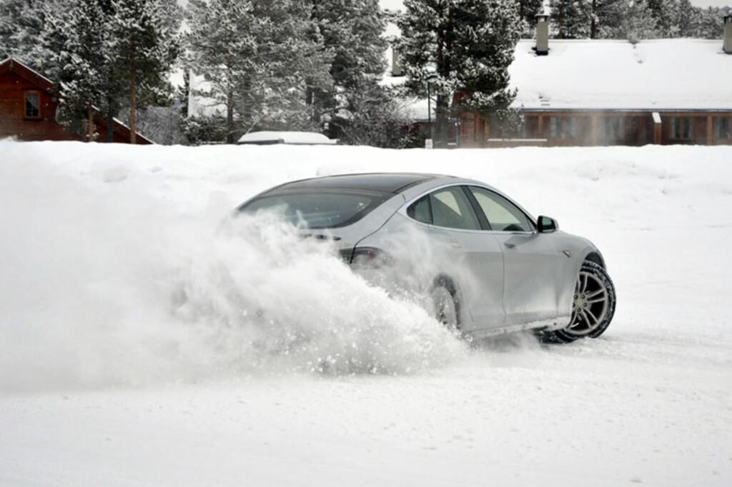 Det er null problem å ha det moro med en Tesla Model S på snøføre. Bare sørg for å ha nok plass til å stoppe... Foto: Stein Inge Stølen