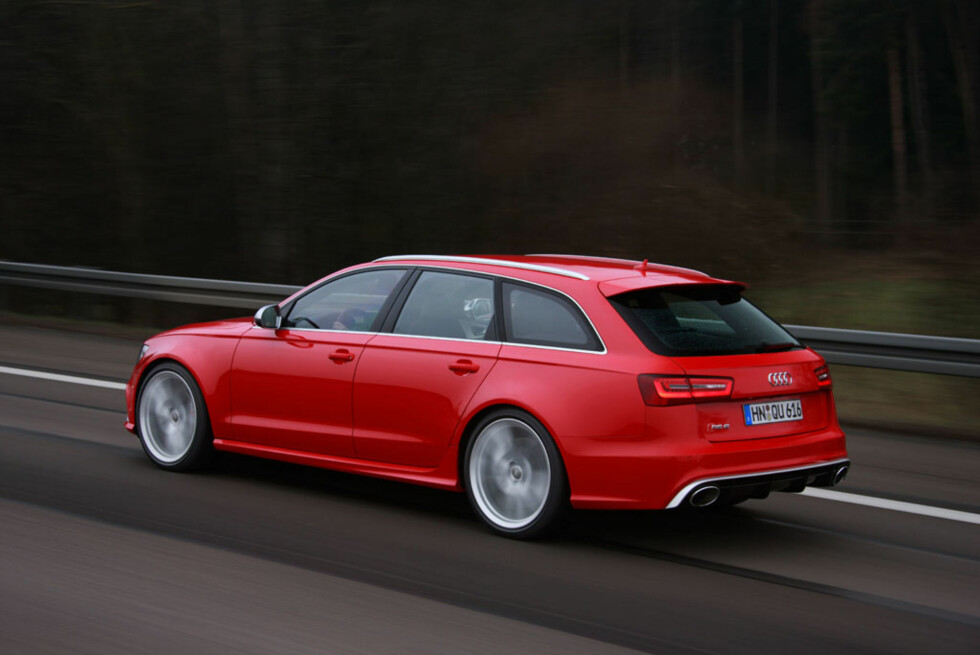 Utvendig har RS6 fått mange tøffe visuelle oppgraderinger. Mest markant er de enorme enderørene. Foto: Audi