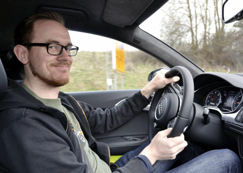 Stein Inge Stølen greide ikke å holde smilet borte. Men når samtlige 560 hk er i bruk, bør en helst se på veien... Foto: Vegard Møller Johnsen