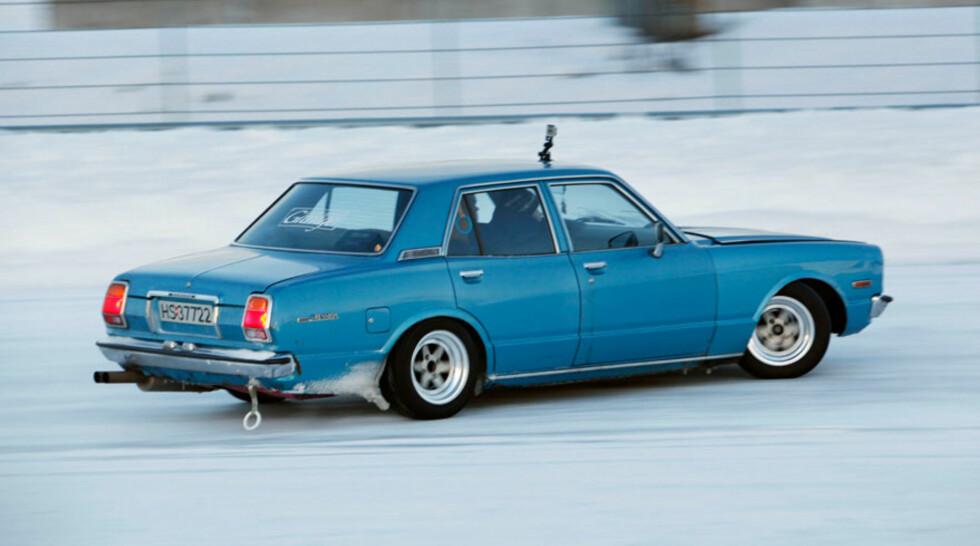 Fredrik Sørlies 1977 Toyota Cressida er langt fra noen hobbysenket gubbebil. Hele understellet er ombygd med heftige deler og satt opp for både drifting og grep. Under panseret sitter en rekkesekser på 224 hk fra Toyota Supra. Foto: Stein Inge Stølen