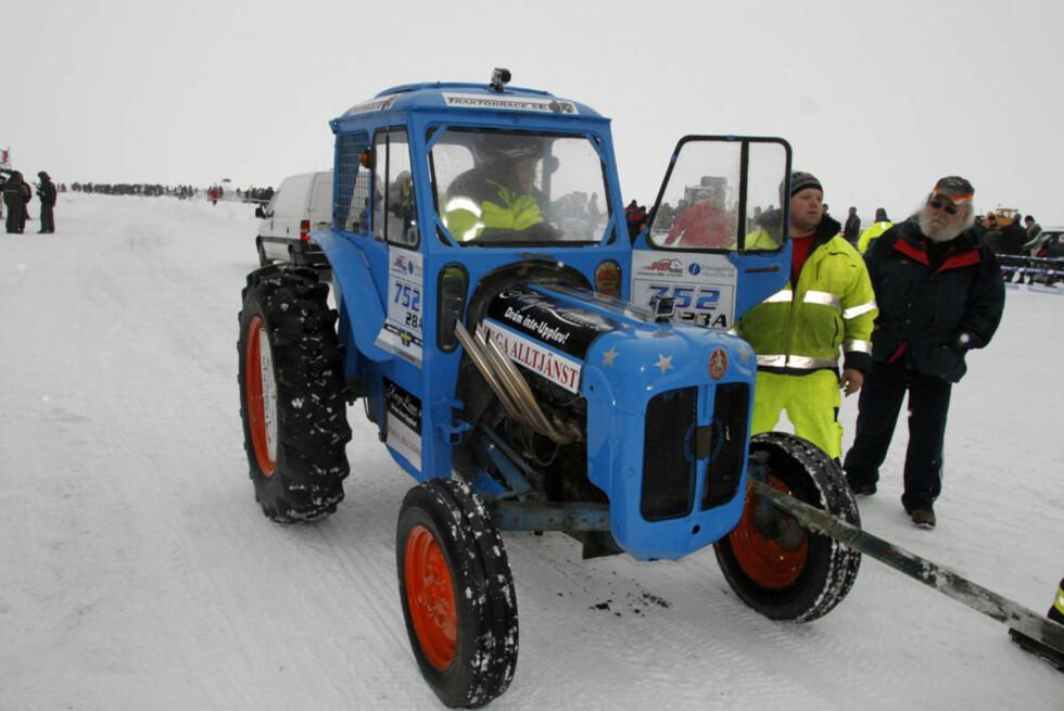 Håkans andre kjøretøy på isen: En V6-motorisert traktor. Foto: Rune M. Nesheim