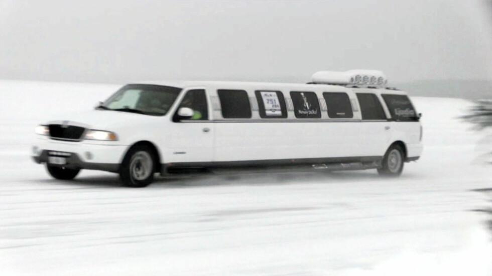 114 kilometer i timen høres ikke så mye ut. Men over ujevnt isunderlag i en ti meter lang limousin er det mer enn nok... Foto: Stein Inge Stølen