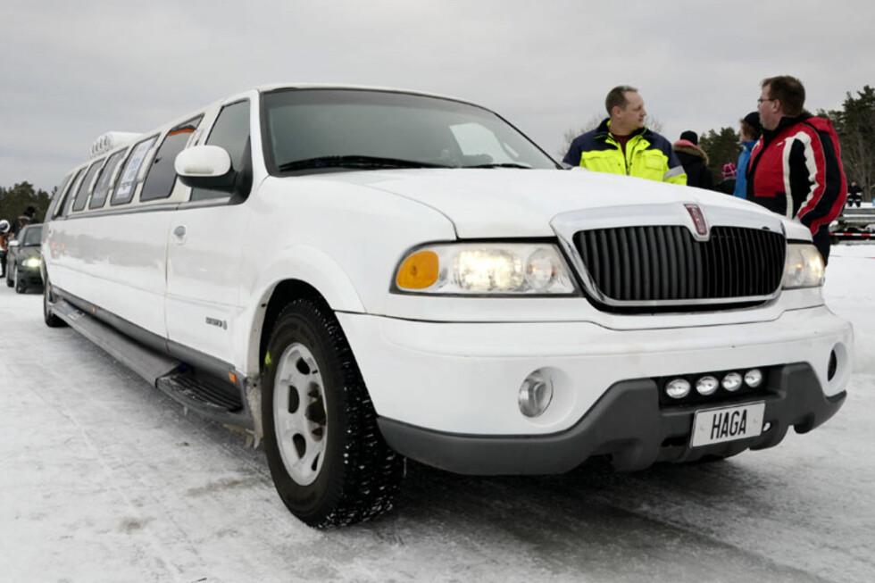 En Lincoln Navigator har blitt strukket til hele ti meter. Dette er Sveriges lengste limousin. Klart den skal ut på isen! Foto: Stein Inge Stølen