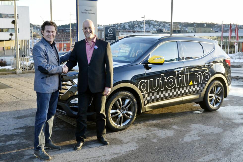 PR- og markedssjef hos Hyundai, Morten Brusletto (t.h.), overleverte langtestbilen til autofil-redaktør Espen Stensrud . Premium-utgaven er spekket med alt utstyr. Foto: Stein Inge Stølen