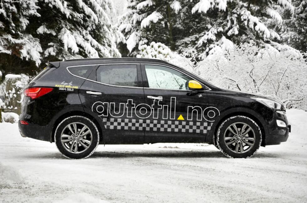 Vi har sørget for at bilen er lett å oppdage i trafikken: Se etter en staselig Santa Fe med gule speil! Foto: Stein Inge Stølen