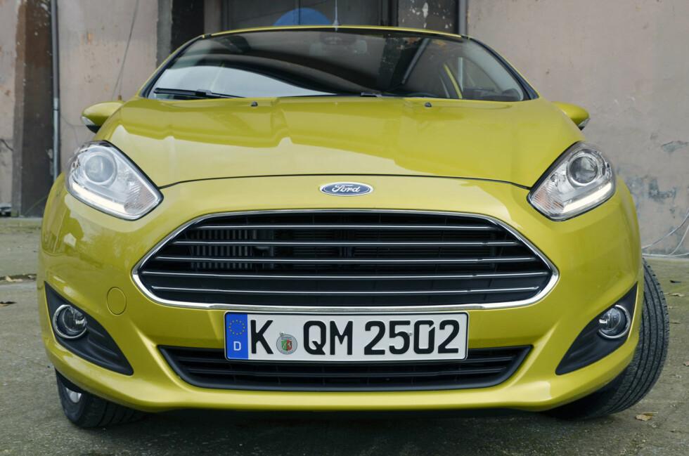 2013-faceliften kan best sees i fronten, der Fiesta har fått den Aston Martin-lignende grillen som samtlige Ford-modeller etterhvert vil få. Foto: Stein Inge Stølen