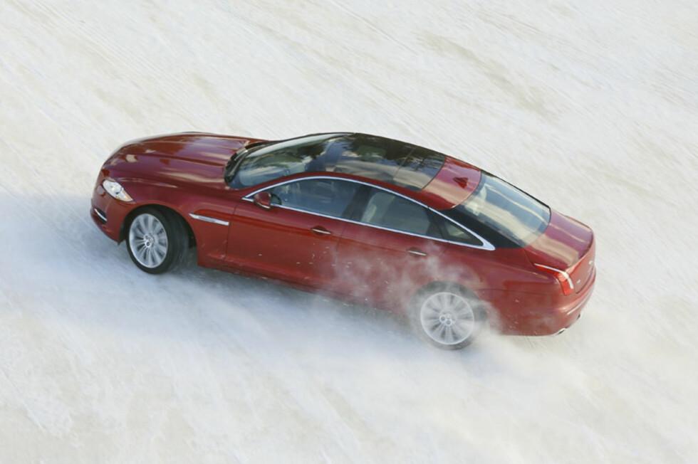 Slik har du aldri sett en Jaguar XJ før... Takket være firehjulsdrift-teknologi hentet fra Land Rover kan Jaguar-eiere nå komme heeeelt fram til hytta. Foto: Jaguar