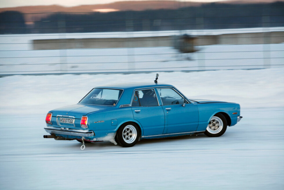 Fredrik Sørlie koste seg rundt banen i sin modifiserte 1977-modell Toyota Cressida. Supra-motoren under panseret sikret greit med skyv på glatta. Foto: Autofil