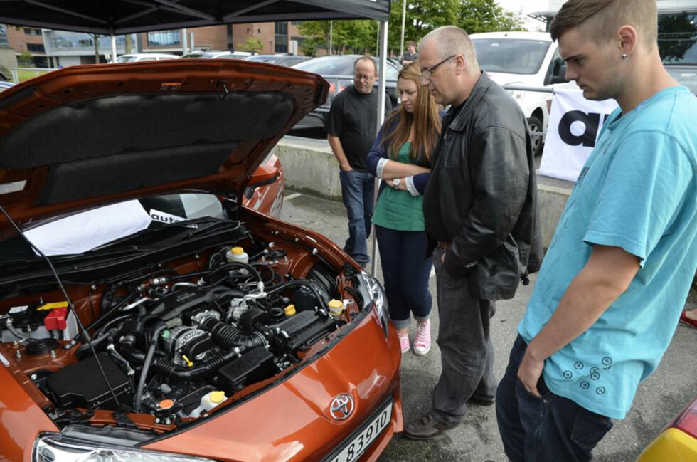 Under Autofil Roadshow var publikum svært nysgjerrige på hva som lurte under panseret... Foto: Stein Inge Stølen