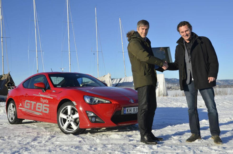 Espen Olsen, informasjonssjef i Toyota (til venstre), tar stolt imot prisen fra redaktør Espen Stensrud. Foto: Stein Inge Stølen