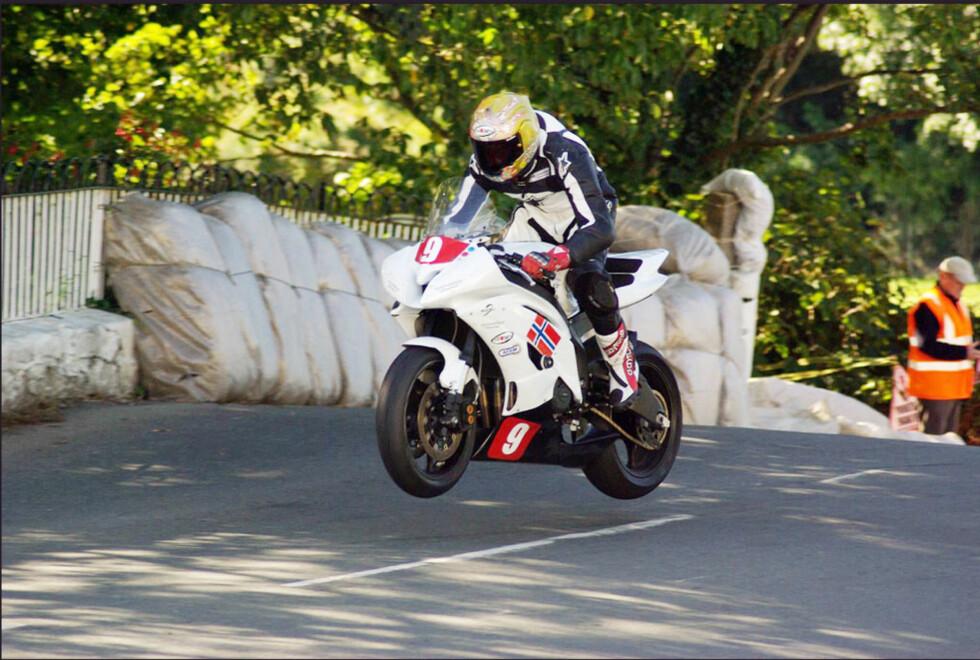 Det er slett ikke uvanlig å få hjulløft både foran og bak over bakketoppene. Trikset er å holde sykkelen i sjakk ved landing.
