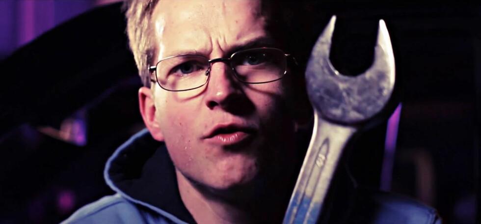 Jan Emil mekker heller på bil enn å gå i treningsstudio, hvis en skal ta teksten på alvor. Foto: Magnus Halvorsen Wathne