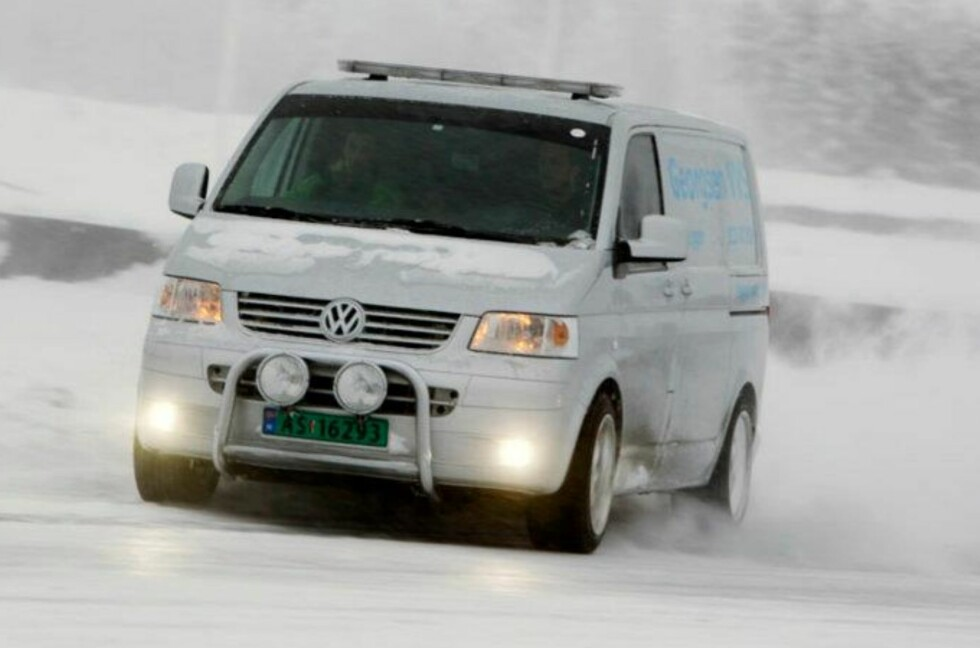 Rørlegger Rune-André Georgsen viste at du ikke trenger sportsbil for å ligge bredt. Firmabilen, en Volkswagen Transporter 4Motion, holder i massevis! Foto: Stein Inge Stølen