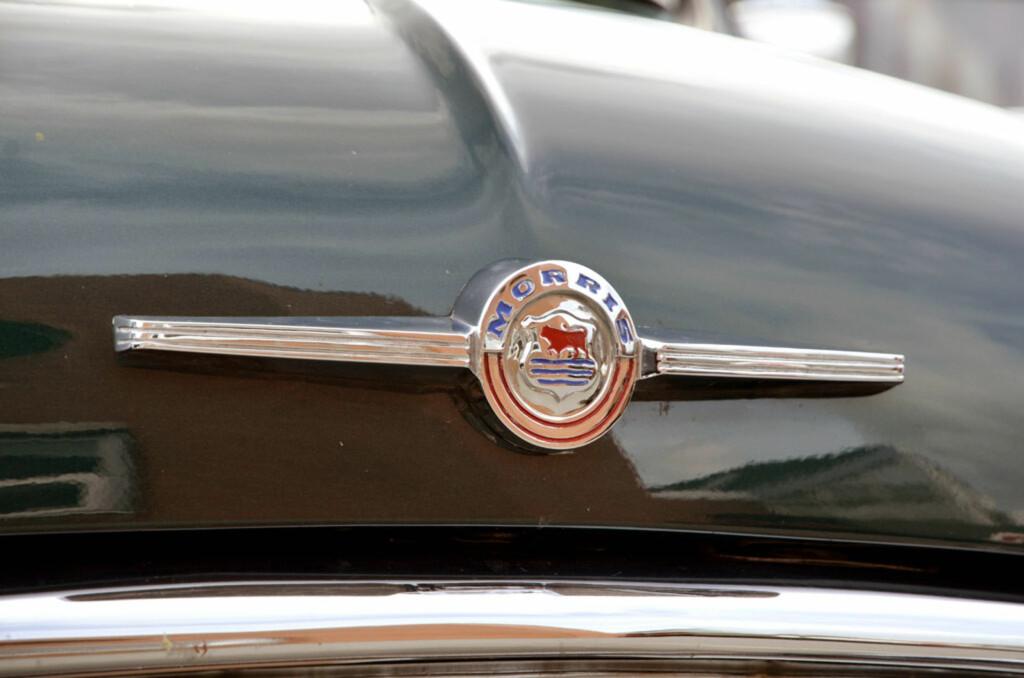 På sekstitallet hadde de voldsomme figurene forsvunnet og blitt erstattet med enklere emblemer, som på denne Morris Mini Van'en fra 1965 eid av Terje Hansen. Foto: Stein Inge Stølen