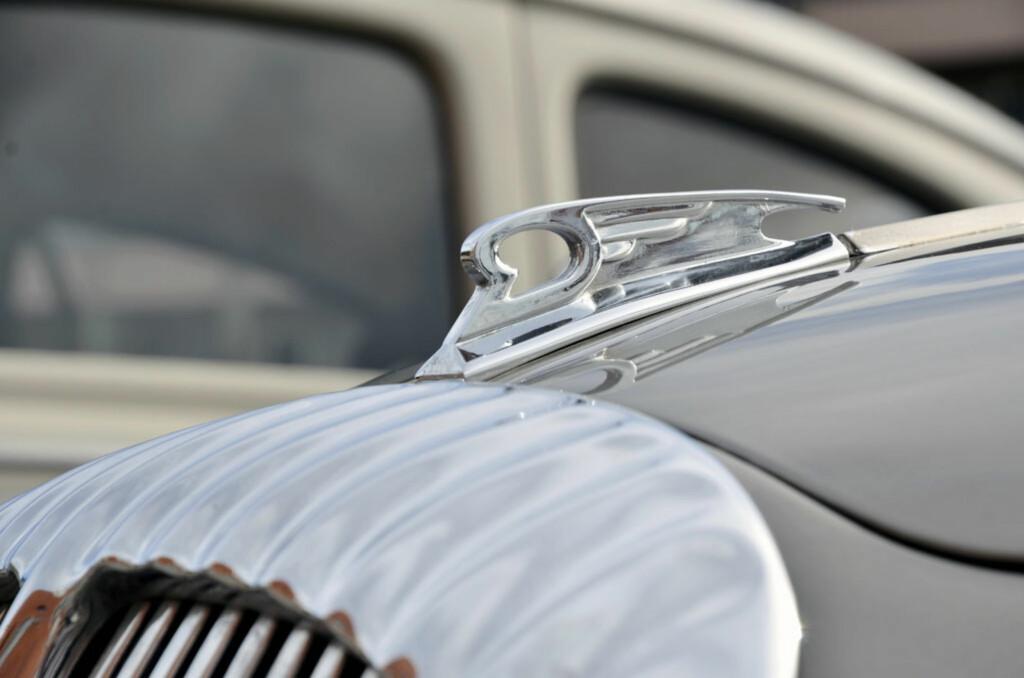 Er det en Jaguar? Nei, det er det ikke. Men det er ikke langt unna. En 1969-modell Daimler 250 V8 deler det meste bortsett fra motoren med søsterbilen Jaguar MKII. Dette var også den siste modellen som fikk bruke Daimlers egne motorer. Eier: Hans Chr. Fæste. Foto: Stein Inge Stølen