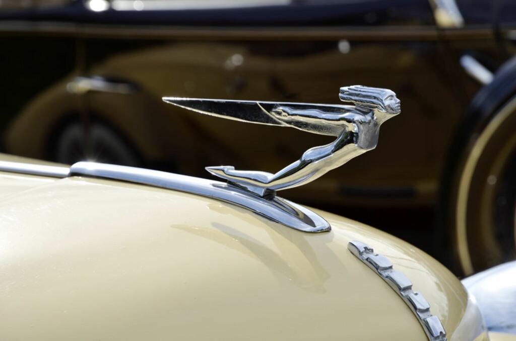 Selv om bilen teknisk sett er fra 1981, bygget som en reproduksjon av 30-tallets supereksklusive Auburn Speedster, fikk den lov til å bære den karakteristiske (og livsfarlige) figuren på panseret. Eier: Arvid M. Johannesen. Foto: Stein Inge Stølen