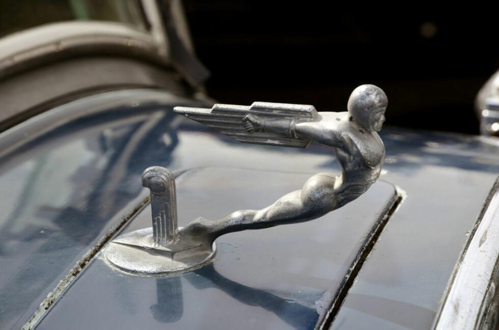 Dette er ikke et panseremblem, men en kalesjeholder montert lenger bak på panseret. Bil: 1929-modell Studebaker Commander Family Seven Seat. Eier: Tore Nyebak. Foto: Stein Inge Stølen