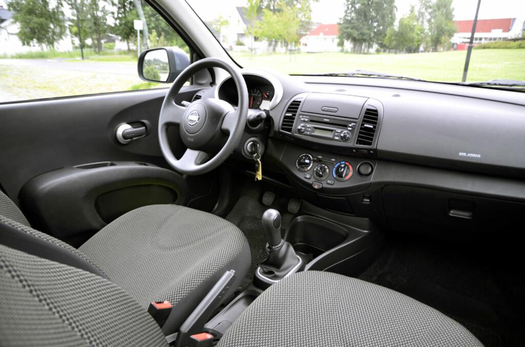Nissan Micra er først og fremst en japansk billigbil. Grått stoff og hardplast dominerer interiøret. Foto: Stein Inge Stølen
