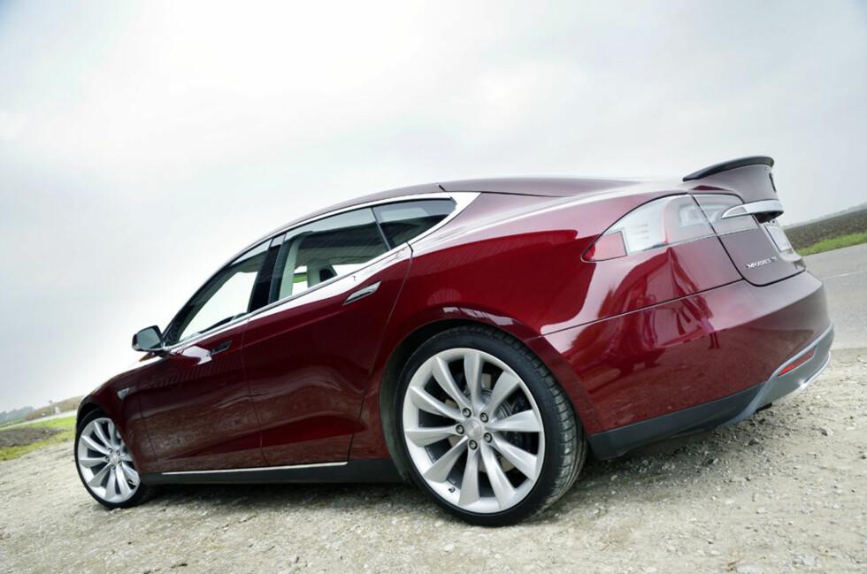 Assosiasjonene er mange når en studerer linjene til Tesla Model S. Jaguar, Aston Martin, Audi A7... Ikke feil i det hele tatt. Foto: Stein Inge Stølen