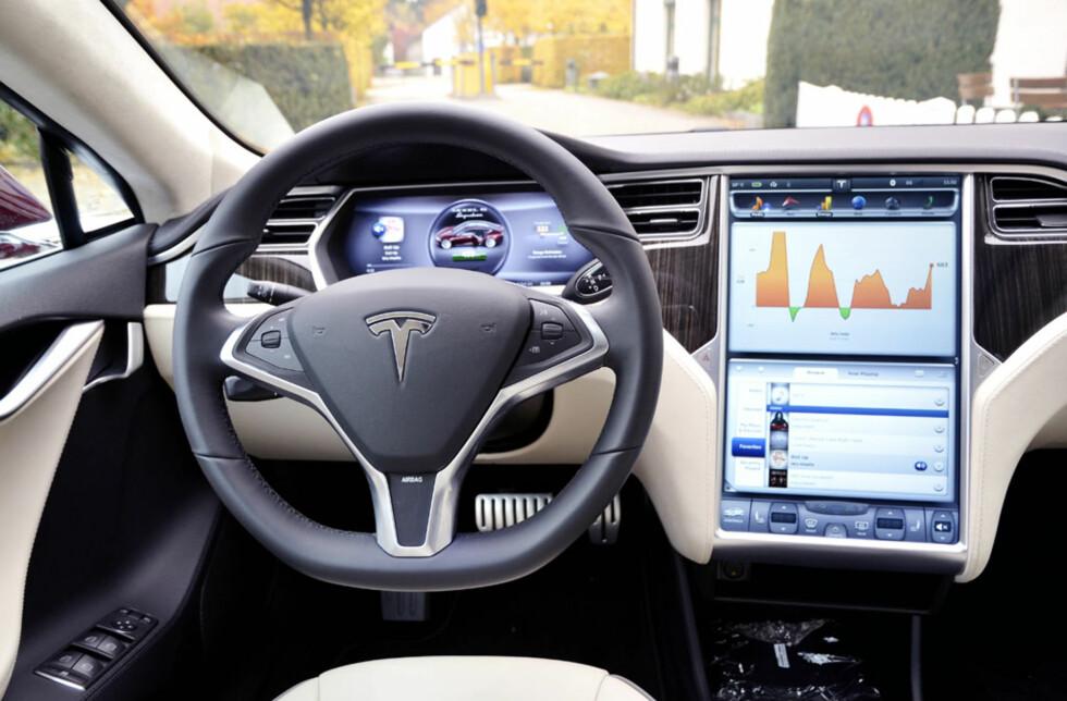 Den digre touch-skjermen måler 43 centimeter fra topp til bunn, og er det mest intuitive systemet vi har prøvd i en bil så langt. Vi regner med at bilbransjen ellers tar notater så det holder. Foto: Stein Inge Stølen