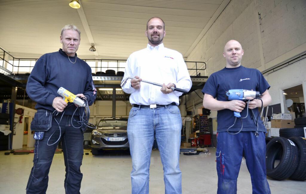 Rune Holmen, René Thingstad og Jimmy Stebner i Dekkpartner er ikke redde for å få skitt på fingrene. Foto: Stein Inge Stølen