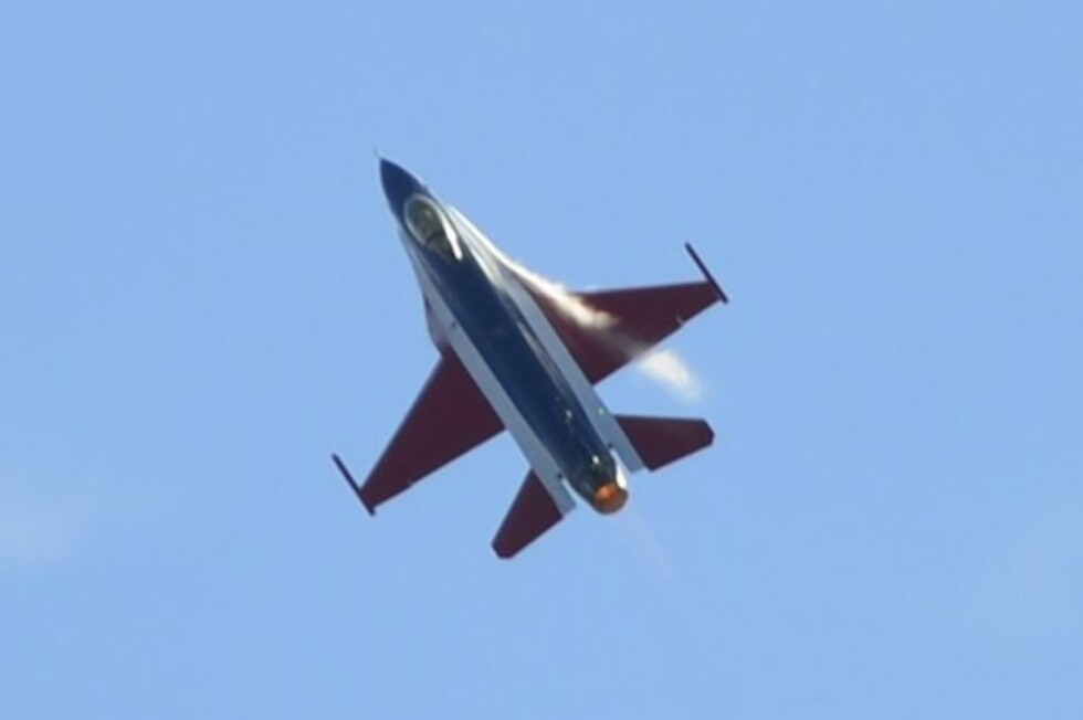 Det røde, hvite og blå F-16-flyet er dekorert spesielt for å markere 100-årsfeiringen av norsk luftmakt. Foto: Stein Inge Stølen