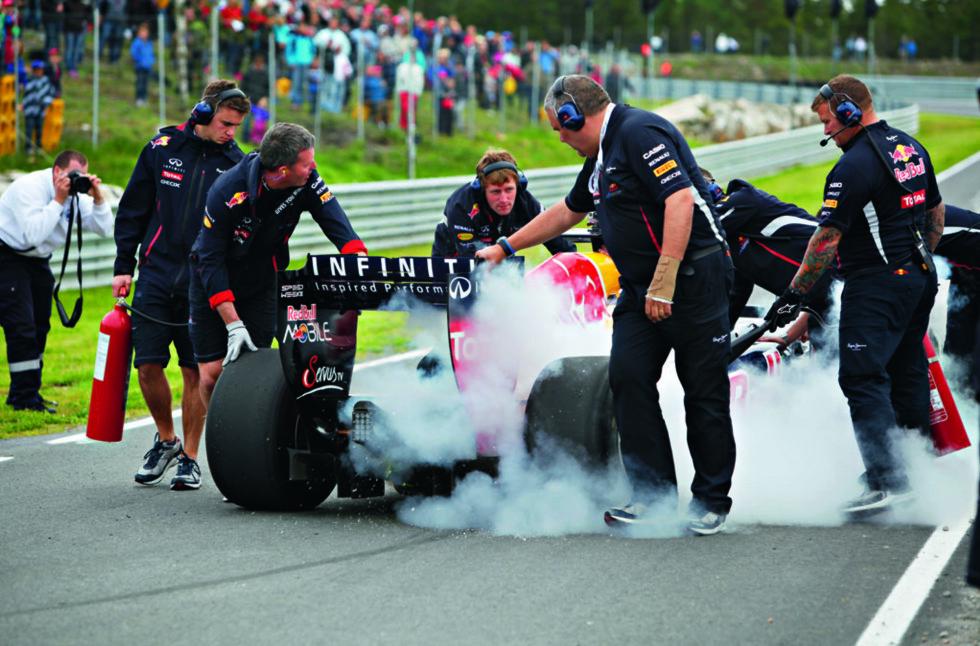 Etter endt kjøretur må Formel 1-bilen kjøles ned med brannslukningsapparat og håndholdte vifteaggregat for å unngå overoppheting. Foto: Espen Stensrud