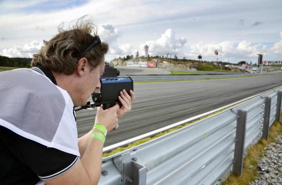 Redaktør Espen Stensrud er svært stø på hånda. Men hjelper det når målet er knøttlite og beveger seg i hastigheter langt over det normale? Foto: Stein Inge Stølen