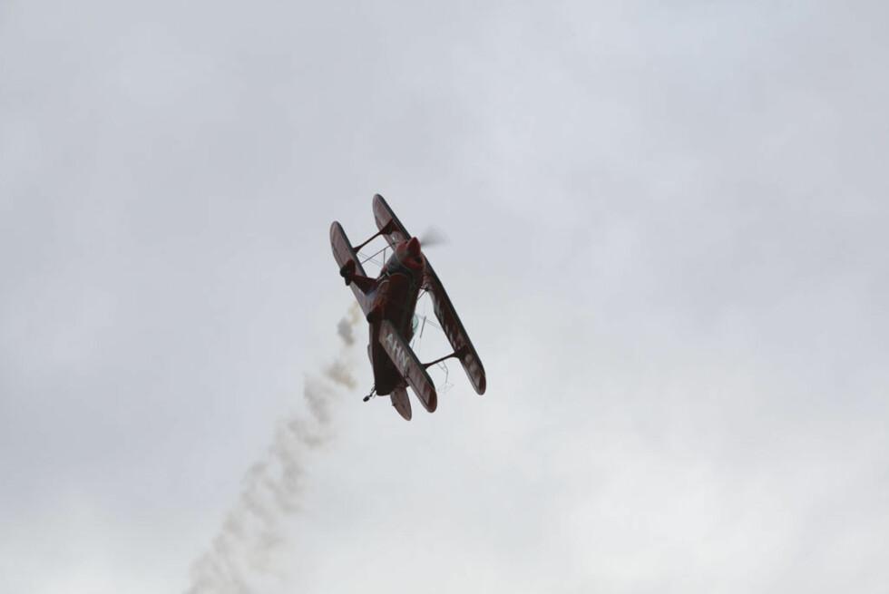Tilskuerne fikk mye å se på, både på banen og i lufta. Her en Pitts Xtra 300 dobbeltdekker. Foto: Espen Stensrud