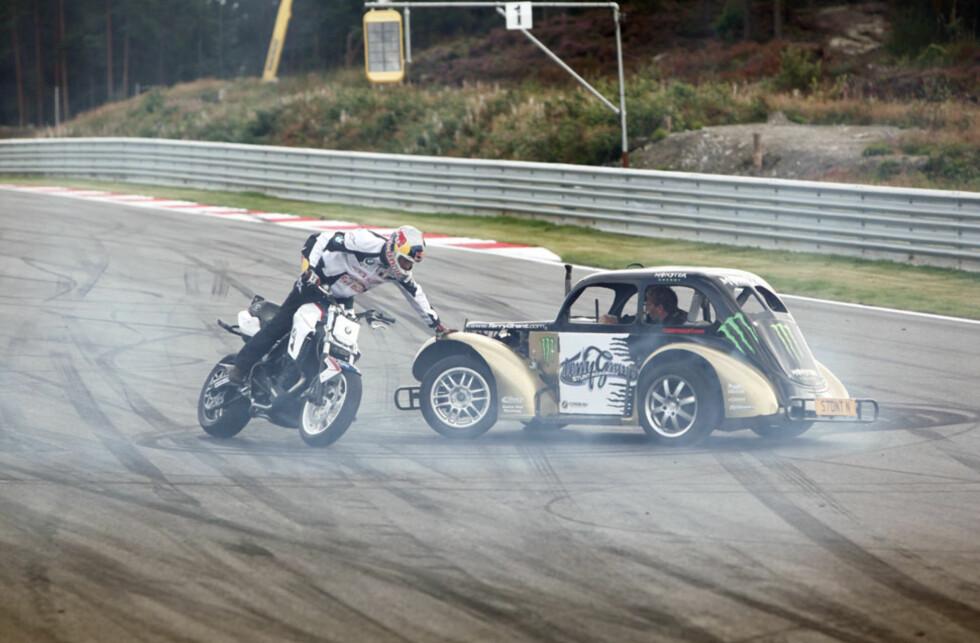 Stuntkjørerne Chris Pfeiffer (på motorsykkelen) og Terry Grant var svært fornøyde med arrangementet og vil gjerne komme igjen til neste år. Foto: Espen Stensrud