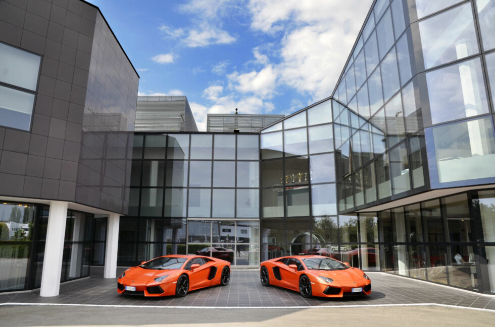 Utenfor fabrikken i St Agata Bolognese sto ikke bare vår testbil, men også ytterligere to oransje Aventadorer. Foto: Stein Inge Stølen