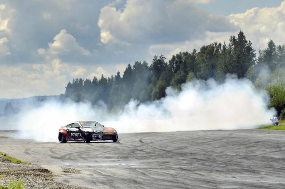 TÅKEBANKER: Så mye røyk kommer det ikke fra en standard Toyota GT86. Fredric Aasbøs monster-Toyota har en Supra-motor med 650 hk og 870 Nm på hjula... Foto: Stein Inge Stølen