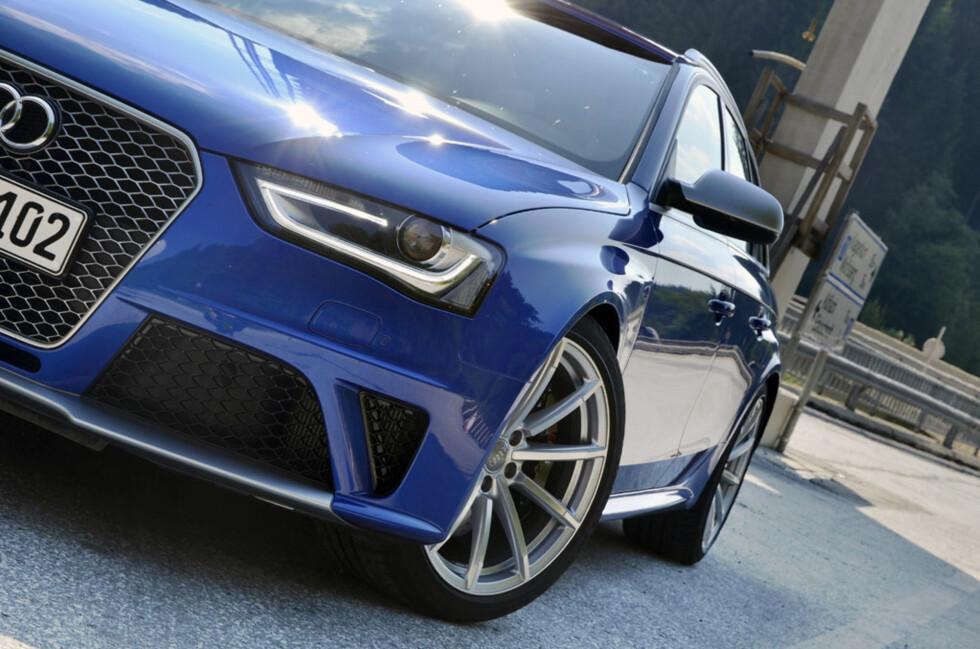 Audi RS4 har alt som trengs utvendig, med tøffe skjermbreddere, digre luftinntak i grillen og tøffe felger. Foto: Stein Inge Stølen