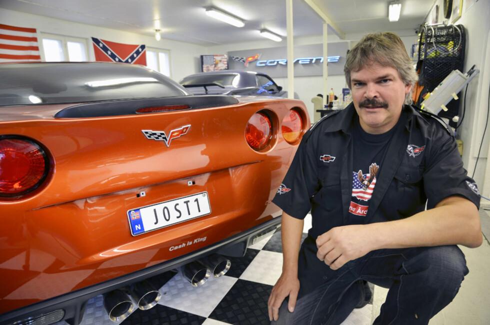 Jostein har jobbet lenge for å få garasjen slik den fremstår i dag, med sjakkbrett-gulv og et digert Corvette-neonskilt på veggen. Foto: Stein Inge Stølen
